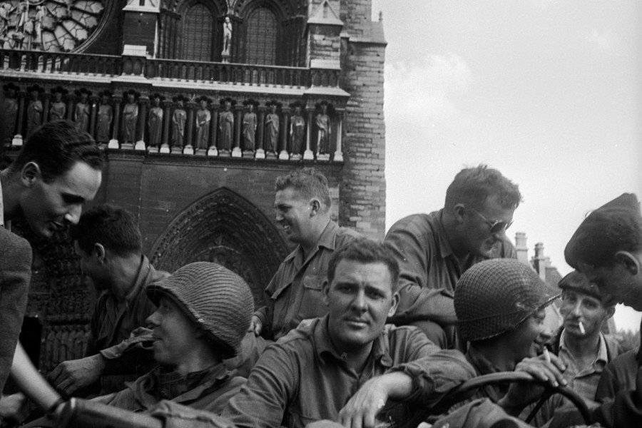 1496736_American_soldiers_on_the_cathedral_square_on_Aug._25,_1944,_when_Paris_was_being_liberated_during_World_War_II.jpg