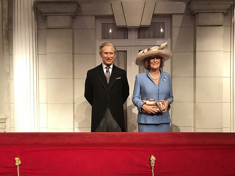 800px-Charles,_Prince_of_Wales_and_Camilla,_Duchess_of_Cornwall_at_Madame_Tussauds_London_2019-07-17.jpg