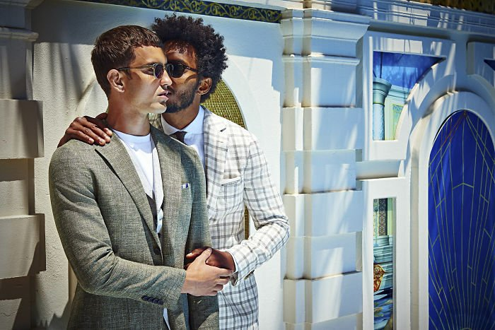 men-kissing-ad-suitsupply-2018-spring-summer-campaign-14-5a95103858876-700.jpg